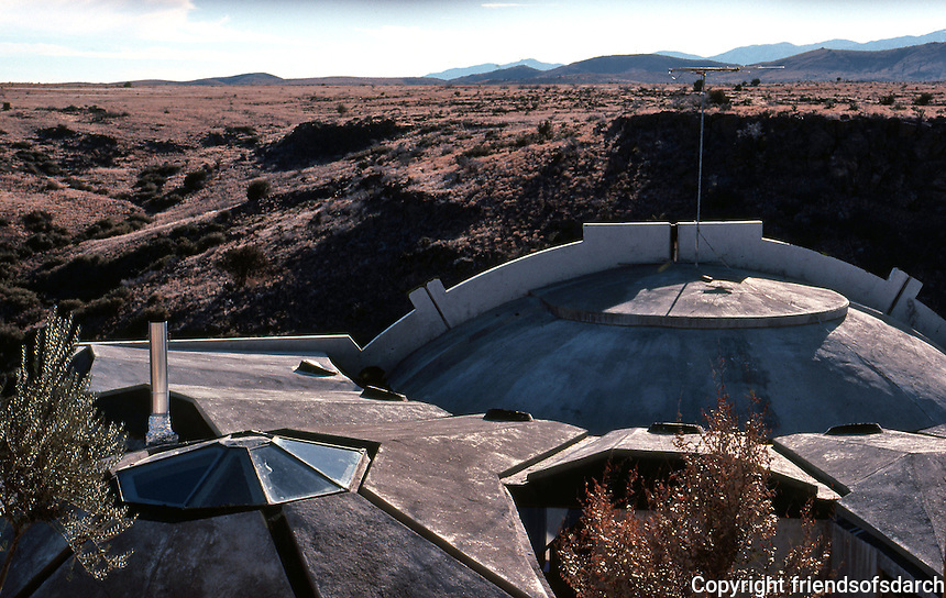 Paolo Soleri: ARCOSANTI. Foundry living quarters. Roofline. Photo '77.