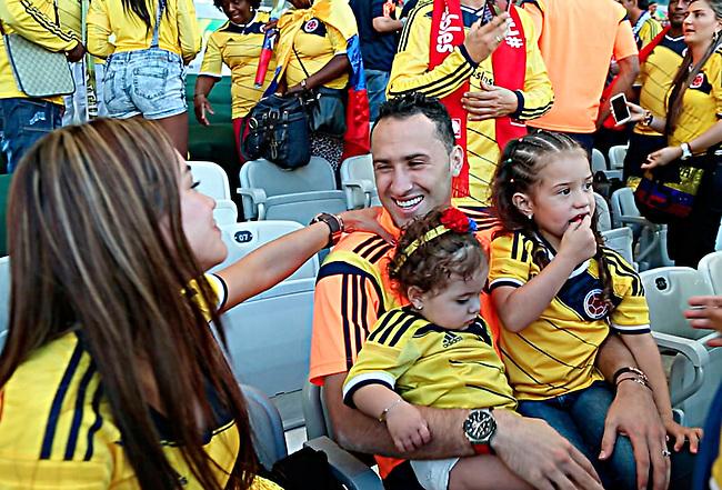 David Ospina arquero de la selecci&oacute;n Colombia saluda a sus hija, Dulce Maria (R), su sobrina Salome y a su esposa Jessi (L) despu&eacute;s del partido que Colombia le gan&oacute; a Grecia 3-0 en el estadio Mineirao en Belo Horizonte el 14  de junio de 2014.<br /> <br /> Foto: Carlos Bolivar<br /> COPYRIGHT: <br /> Solo para uso editorial. No esta permitida su venta o uso comercial.