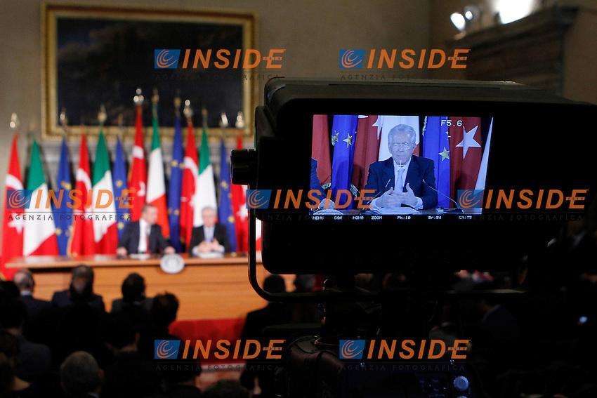 Mario Monti nel video di una telecamera mentre viene inquadrato.Roma 08/05/2012 Conferenza Stampa - Vertice governativo Italo Turco, presieduto dal Presidente del Consiglio dei Ministri  Italiano e dal Primo Ministro Turco..Foto Serena Cremaschi Insidefoto