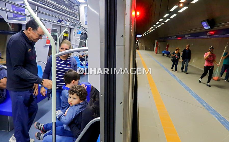 Passageiros do Metro, linha lilas, Sao Paulo. 2018. Foto © Juca Martins