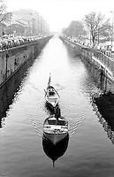 Milano, un uomo conduce due natanti sul Naviglio Grande --- Milan, a man leading two boats on the Naviglio Grande canal