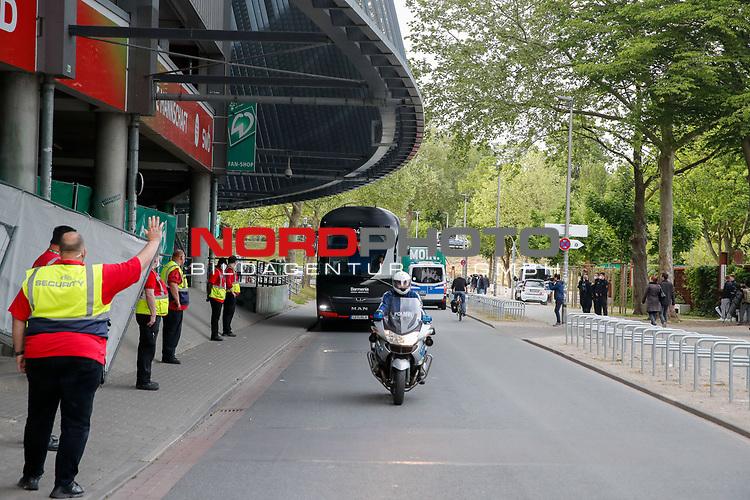 nphgm001: Impressionen rund um das erste  Geisterspiel in der Geschichte des 1. Werder Bremen am Montagabend<br /> <br /> im Bild: Der Leverkusener Bus fährt ein.<br /> <br /> Sport: Fussball: 1. Bundesliga: Saison 19/20: <br /> Werder Bremen vs Bayer04 Leverkusen 18.05.2020<br /> <br /> Nur für journalistische Zwecke! Only for editorial use!<br /> <br /> DFL regulations prohibit any use of photographs as image sequences and/or quasi-video.<br /> <br /> Foto ©   nordphoto / gumzmedia / Stoever