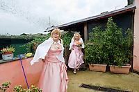 Giuseppe (Bea) della Pelle e Marioara Dadiloveanu escono dalla loro casa per andare a sposarsi.