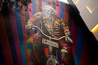 SÃO PAULO, SP - 22.05.2015: GRAFITE-SP - O grafiteiro Eduardo Kobra inaugura seu novo mural na rua Oscar Freire, na região dos Jardins, nesta sexta-feira. A obra demonstra apoio a criação de novos espaços para bicicletas na cidade de São Paulo. (Foto: Gabriel Soares/ Brazil Photo Press)