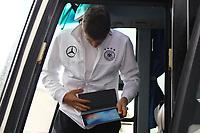 Thomas Müller (Deutschland Germany) mit Ipad - 04.10.2017: Deutschland Teamankunft, Stormont Hotel Belfast