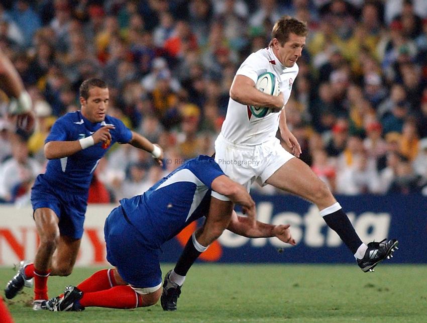 Photo. Steve Holland. .France v England. Semi-final at the Telstra Stadium, Sydney. RWC 2003..16/11/2003..Will Greenwood attacks.