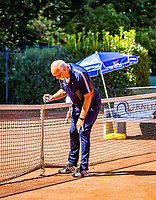 Hilversum, Netherlands, Juli 29, 2019, Tulip Tennis center, National Junior Tennis Championships 12 and 14 years, NJK, Linesman mesuring net<br /> Photo: Tennisimages/Henk Koster