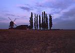 Europa, DEU, Deutschland, Nordrhein Westfalen, Niederrhein, Titz, Windmuehle, Dueppelsmuehle, Abendstimmung, Die Dueppelsmuehle, zusammen mit den in Toenisberg und Duelken, als eine der letzten drei Bockwindmuehlen am Niederrhein. 1708 wurde sie errichtet. 1828 kaufte sie der Mueller Treibels aus Spiel und setzte sie auf den Dueppel. Dort war sie bis etwa 1950 in Betrieb...[Fuer die Nutzung gelten die jeweils gueltigen Allgemeinen Liefer-und Geschaeftsbedingungen. Nutzung nur gegen Verwendungsmeldung und Nachweis. Download der AGB unter http://www.image-box.com oder werden auf Anfrage zugesendet. Freigabe ist vorher erforderlich. Jede Nutzung des Fotos ist honorarpflichtig gemaess derzeit gueltiger MFM Liste - Kontakt, Uwe Schmid-Fotografie, Duisburg, Tel. (+49).2065.677997, fotofinder@image-box.com, www.image-box.com]