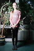 Nastya ist mit ihren Eltern und ihrer Schwester am 1.Oktober 2014 in Charkiw angekommen. Den Sommer hat sie mit ihrer Familie bei ihrem Großvater auf der Krim verbracht, der dort einen Tourismuskomplex besitzt. Früher waren ihre Eltern private Unternehmer und sind mit Nasya und ihrer Schwester nach Ägytpten in den Urlaub geflogen. Im Augenblick sind sie arbeitslos. Wenn sie zurück in ihr Haus im Zentrum von Lugansk kommt, dann will sie erstmal aufräumen. Die Eltern sage zwar, dass sie allen in aufgeräumtem Zustand verlassen haben, aber sie schätzt, dass mittlerweile einiges durcheinandergekommen ist. Die Stadt Lugansk wird von den pro-russischen Separatisten kontrolliert. // Das Flüchtlingswerk der vereinten Nationen geht nach Informationenen des Ukrainischen Sozialministeriums von 1.357918 registirierten Binnenflüchtlingen aus. Die Statistik erfasst jedoch nicht jene, die in den Gebieten leben, die von den prorussischen Separatisten kontrolliert werden. 13 Prozent der ukrainischen Binnenflüchtlinge (IDPs) sind Kinder. Die Hilsoganisation Vostok SOS Schätzt die Zahl der ukrainischen Binnenflüchtlinge auf ca. 2 Millionen. Wer kein Kindergeld oder andere Versorgungsleistungen des States in Anspruch nehmen kann, lässt sich nicht registrieren. Qullen: http://vostok-sos.org // http://reliefweb.int/sites/reliefweb.int/files/resources/gpc_factsheet_june_2015_en_0.pdf