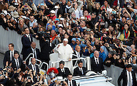 Papa Francesco saluta i fedeli al termine di una messa per la conclusione del Giubileo della Misericordia, in Piazza San Pietro, Citta' del Vaticano, 20 novembre 2016.<br /> Pope Francis waves to faithful at the end of a Mass for the conclusion of the Jubilee of Mercy, in St. Peter's Square at the Vatican, 20 November 2016.<br /> UPDATE IMAGES PRESS/Isabella Bonotto<br /> <br /> STRICTLY ONLY FOR EDITORIAL USE