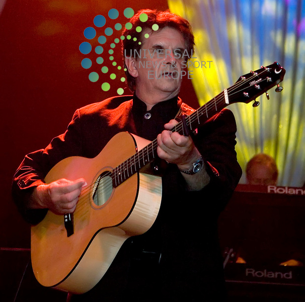 Donnie Munro, ex frontman of Runrig, plays the opening night of the Motherwell Music Festival on Thursday 13th August 2009 at the Motherwel Concert Hall...Picture: Peter Kaminski/Universal News and Sport (Scotland)