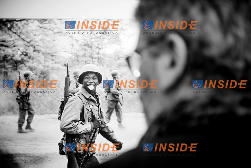 Un visitatore osserva una fotografia del fotografo della Magnum Elliott Erwitt in occasione dell'inaugurazione della retrospettiva a lui dedicata  a Palazzo Madama di Torino..Torino, 16/04/2013 .Exhibition of the photographer Elliott Erwitt.© Giorgio Perottino / Insidefoto ..