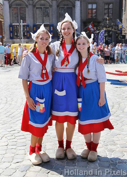 Nederland  Hoorn 2016. Kaasmeisjes op de Kaasmarkt in Hoorn. Foto Berlinda van Dam / Hollandse Hoogte