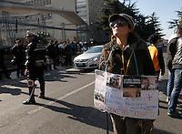 Un gruppo di abitanti della Terra dei Fuochi contesta il presidente Napolitano all'uscita dell'accademia Aerounatica dove aveva presenziato alla cerimania di presentazione del centro telethon
