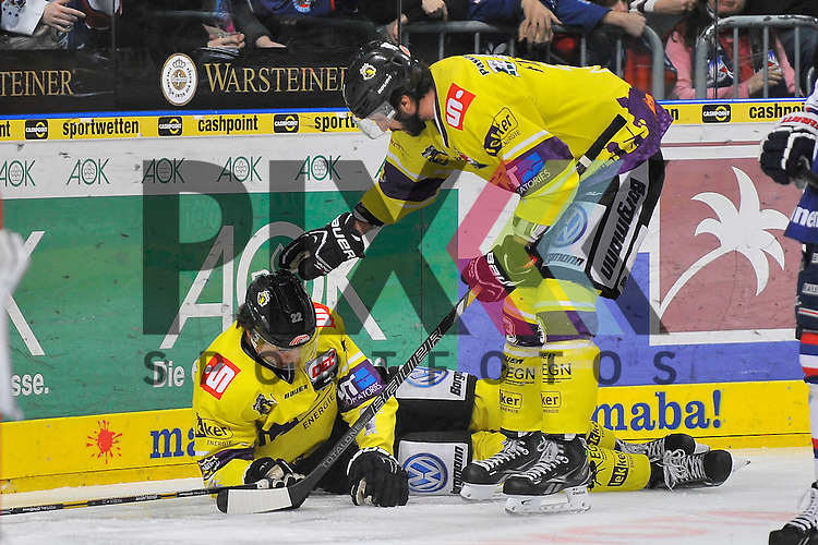 Nach einem Check an der Bande liegt Krefelds Oliver Mebus (Nr.22) auf dem Eis nach ihm schaut Krefelds David Fischer (Nr.3)  beim Spiel in der DEL, Adler Mannheim - Krefeld Pinguine.<br /> <br /> Foto &copy; Ice-Hockey-Picture-24 *** Foto ist honorarpflichtig! *** Auf Anfrage in hoeherer Qualitaet/Aufloesung. Belegexemplar erbeten. Veroeffentlichung ausschliesslich fuer journalistisch-publizistische Zwecke. For editorial use only.