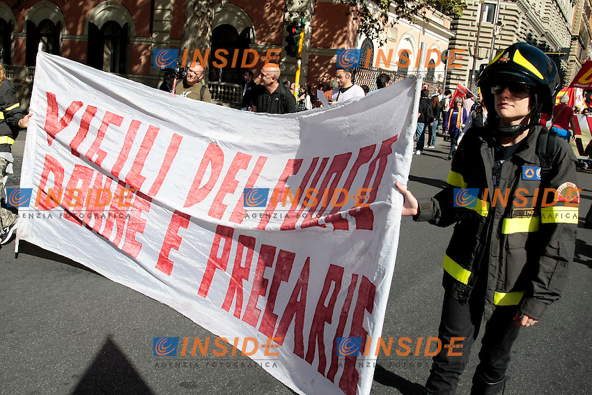 Vigili del fuoco donne<br /> Roma 18-10-2013 Manifestazione dei sindacati di base USB e COBAS in occasione dello sciopero nazionale dei lavoratori.<br /> Strike and demonstration of the Left Trade Unions<br /> Photo Samantha Zucchi Insidefoto