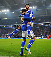 FUSSBALL   1. BUNDESLIGA   SAISON 2012/2013    29. SPIELTAG FC Schalke 04 - Bayer 04 Leverkusen                        13.04.2013 Raffael (re.) jubelt nach seinem Tor zum 2:2. Erster Gratulant ist Michel Bastos (li, beide FC Schalke 04)