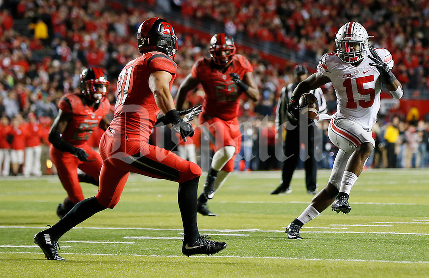 Ohio State Buckeyes running back Ezekiel Elliott (15) runs the ball during the college football game between the Rutgers Scarlet Knights and the Ohio State Buckeyes at High Point Solutions Stadium in Piscataway, NJ, Saturday night, October 24, 2015. The Ohio State Buckeyes defeated the Rutgers Scarlet Knights 49 - 7. (The Columbus Dispatch / Eamon Queeney)