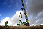 BARENDRECHT - Langs de snelweg A15 fotografeert de kraanmachinist van  BAM Grondtechniek de langste prefab-funderingspalen van Nederland, geleverd voor de bouw van één van de hoogste geluidsschermen van Nederland. Het dertien meter hoge en twee kilometer lange scherm is door BAM Wegen Regio West in samenwerking met Redubel (onderdeel van BAM Wegen) ontwikkeld en gebouwd. Het scherm komt te rusten op 600 prefab-palen, waarvan acht palen een recordlengte van 39 meter hebben. De 20 ton zware palen zijn gemaakt door Lodewikus Voorgespannen Beton in Oosterhout, en worden door een Hitachi 300 GLS van BAM Grondtechniek de grond ingeslagen. Als verwijzing naar de nautische activiteiten van de havenstad, zijn de vlakverdelingen van de wand, net zo groot als die van zeecontainers. COPYRIGHT TON BORSBOOM