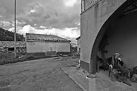 Sagittario.Basilicata 2010 - Contadino riposa nella sua casa accanto ai ruderi dell'Abbazia di Santa Maria del Sagittario.