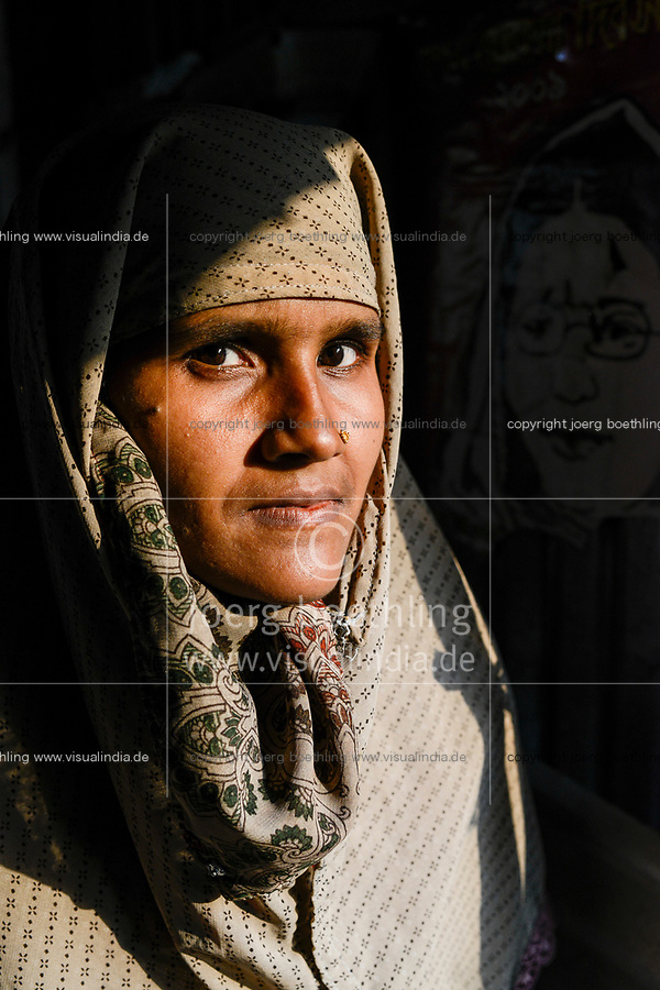 BANGLADESH,  District Tangail, Kalihati, portraiture of young muslim woman/ BANGLADESCH, Distrikt Tangail, Kalihati, Dorf Baniafaur, Frau Shanaz Akthar, 28 Jahre,