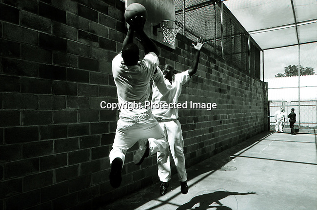 disipri00121.Social Issues. Prisons. Ronald Ray Howard, age 23, and a friend playing basketball in the exercise area at the Ellis Unit Death Row on April 21, 1997 in Huntsville, Texas USA. Mr Howard was convicted of murder when he was 18 years old and is serving a death sentence. The state of Texas executes the most prisoners in the US. Crime. Criminals. .©Per-Anders Pettersson/iAfrika Photos