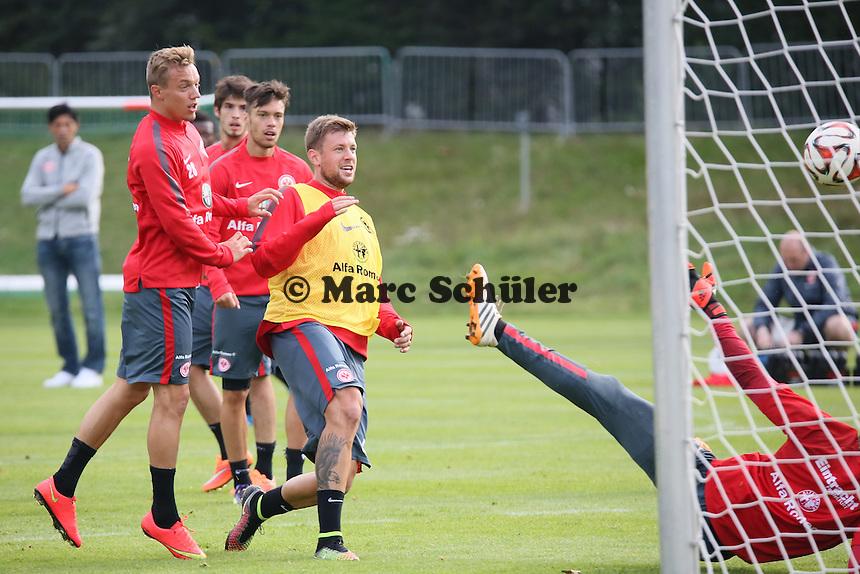 Sonny Kittel erzielt ein Tor, Marco Russ kann nur zugucken  - Eintracht Frankfurt Training, Commerzbank Arena