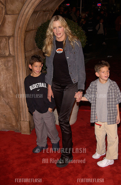 Actress DARYL HANNAH at the Los Angeles premiere of Harry Potter and the Sorcerer's Stone..14NOV2001.  © Paul Smith/Featureflash