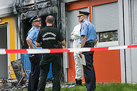 Brandanschlag auf Fluechtlingsunterkunft in Berlin-Buch.<br /> Am Montag den 8. August 2016 veruebten Unbekannte gegen 3.00 Uhr einen Brandanschlag auf eine Fluechtlingsunterkunft in Berlin-Buch. Sie warfen einen Molotowcoctail durch ein Fenster in das Haus und setzten das Gebaeude in Brand. Die Flammen schlugen bis in den zweiten Stock des Wohncontainers. Die Bewohner retteten schlafende Bewohner aus den oberen Stockwerken und <br /> loeschten den Brand selber mit Feuerloeschern bevor Feuerwehr und die Polizei kamen. Nach Angaben von Bewohnern muessen jetzt wahrscheinlich 180 Menschen aus den Wohncontainern ausziehen, da die Elektrik durch den Brand schwer beschaedigt wurde.<br /> Im Bild: Polizeibeamte einer Kriminalteschnischen Untersuchungseinheit (KTU) begutachten die Brandstelle.<br /> 8.8.2016, Berlin<br /> Copyright: Christian-Ditsch.de<br /> [Inhaltsveraendernde Manipulation des Fotos nur nach ausdruecklicher Genehmigung des Fotografen. Vereinbarungen ueber Abtretung von Persoenlichkeitsrechten/Model Release der abgebildeten Person/Personen liegen nicht vor. NO MODEL RELEASE! Nur fuer Redaktionelle Zwecke. Don't publish without copyright Christian-Ditsch.de, Veroeffentlichung nur mit Fotografennennung, sowie gegen Honorar, MwSt. und Beleg. Konto: I N G - D i B a, IBAN DE58500105175400192269, BIC INGDDEFFXXX, Kontakt: post@christian-ditsch.de<br /> Bei der Bearbeitung der Dateiinformationen darf die Urheberkennzeichnung in den EXIF- und  IPTC-Daten nicht entfernt werden, diese sind in digitalen Medien nach §95c UrhG rechtlich geschuetzt. Der Urhebervermerk wird gemaess §13 UrhG verlangt.]