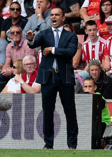 15.08.2015. Southampton, England. Barclays Premier League. Southampton versus Everton. Everton Manager Roberto Martinez  shouts instructions into his players