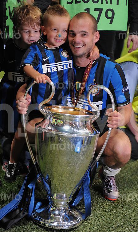 FUSSBALL      CHAMPIONSLEAGUE FINALE       SAISON 2009/2010 FC Bayern Muenchen - Inter Mailand    22.05.2010 JUBEL Wesley Sneijder (Inter) mit Sohn und CHL Pokal