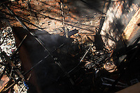 SAO PAULO 07 DE JULHO DE 2013 - Bombeiros encontram tres vitimas no Rescaldo do Incendio que atingiu parte da favela do Heliopolis na madrugada deste domingo (07) na zona sul de Sao Paulo. Os corpos nao foram idenficados ainda. (Foto: Amauri Nehn/Brazil Photo Press)
