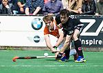 BLOEMENDAAL   - Hockey -  Mats de Groot (Bldaal) met Fergus Kavanagh (A'dam)  . 3e en beslissende  wedstrijd halve finale Play Offs heren. Bloemendaal-Amsterdam (0-3).     Amsterdam plaats zich voor de finale.  COPYRIGHT KOEN SUYK