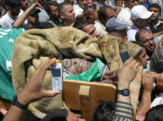 Palestinians carry the body of Abdel Majid Dudin during his funeral near the West Bank city of Hebron 29 May 2009. Israeli troops shot dead the fugitive leader of Hamas's military wing in the occupied West Bank on 28 May, Palestinian and Israeli officials said. Dudin, 45, was jailed by Palestinians after Israel accused him of planning two suicide bombings on buses in 1995, the army spokesman said.  APAimages Photo / Najeh Hashlamoun
