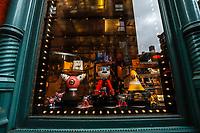 NEW YORK, EUA, 14.12.2018 - PRATA-EUA - Vista da loja Prada do bairro do Soho na cidade de Nova York nesta sexta-feira, 14. A loja abriu com imagens de personagens negros, que chamou atenção de ativistas contra o racismo, após denuncias e insatifação, os objetos foram retirados. (Foto: Vanessa Carvalho/Brazil Photo Press)