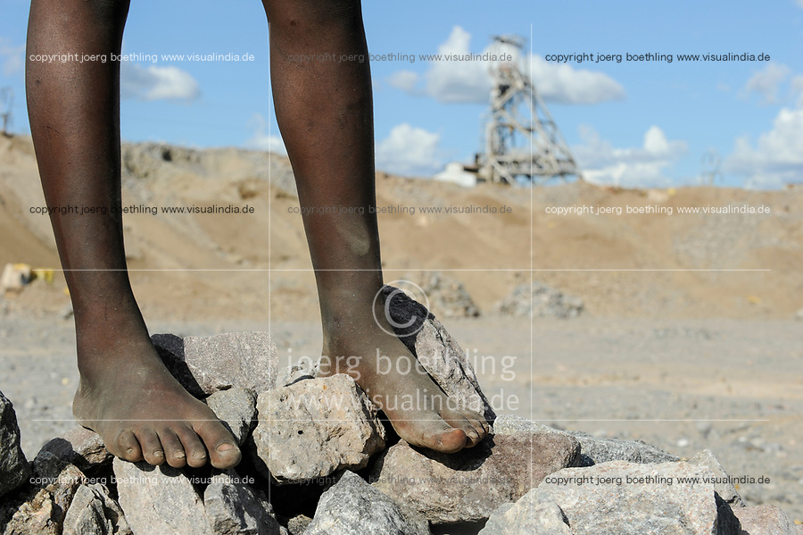 ZAMBIA Luanshya Copperbelt, abandoned stockpile of Luanshya Copper Mine, which belongs to chinese group China Nonferrous Metal Mining Group Co (CNMC) , children collect stones as building material / SAMBIA Luanshya, Abraumhalde eines stillgelegten Schachts der Kupfermine Luanshya Copper Mines, das dem chinesischen Unternehmen  China Nonferrous Metal Mining Group Co - CNMC gehoert, Kinder sammeln Steine fuer Baumaterial
