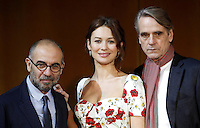 Da sinistra, il regista Giuseppe Tornatore posa con l'attrice e modella francese di origine ucraina Olga Kurylenko, al centro, e l'attore inglese Jeremy Irons, durante un photocall per la presentazione del 'La corrispondenza' a Roma, 11 gennaio 2016.<br /> From left, Italian director Giuseppe Tornatore poses with Ukrainian-born French actress and model Olga Kurylenko, center, and British actor Jeremy Irons, during a photocall to present his new movie 'La corrispondenza' ('Correspondence') in Rome, 11 January 2016.<br /> UPDATE IMAGES PRESS/Isabella Bonotto