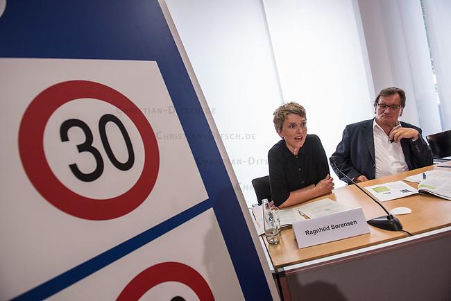Ein breites Buendnis aus Umwelt- und Verkehrssicherheitsverbaenden fordert ein Tempolimit auf Autobahnen.<br /> Auf einer Pressekonferenz am Freitag den 21. Juni 2019 in Berlin erklaerten die Vertreter der Deutschen Umwelthilfe (DUH), des Verkehrsclub Deutschland (VCD), der Verkehrsunfall-Opferhilfe (VOD), Changing Cities und Greenpeace, dass in Deutschland als einzigem Staat in Europa auf 80 Prozent der Autobahnen ohne jede Tempolimit gefahren werden kann. Gaebe es ein Tempolimit von 80 km/h ausserorts und 120 km/h auf Autobahnen wie beispielsweise die Schweiz, koennten sofort bis zu fuenf Millionen Tonnen des Klimagases CO2 vermieden werden. Zudem wuerde es ueber 100 Todesopfer und mehr als 5.000 Verletzte verhindern. Innerstaedtisch wuerde zudem eine Regelgeschwindigkeit von 30 km/h mehr Sicherheit und weniger Verkehrslaerm bedeuten.<br /> Im Bild vlnr.: Ragnhild Soerensen, Pressesprecherin Changing Cities; Gerd Lottsiepen, Verkehrspolitischer Sprecher des VCD.<br /> 21.6.2019, Berlin<br /> Copyright: Christian-Ditsch.de<br /> [Inhaltsveraendernde Manipulation des Fotos nur nach ausdruecklicher Genehmigung des Fotografen. Vereinbarungen ueber Abtretung von Persoenlichkeitsrechten/Model Release der abgebildeten Person/Personen liegen nicht vor. NO MODEL RELEASE! Nur fuer Redaktionelle Zwecke. Don't publish without copyright Christian-Ditsch.de, Veroeffentlichung nur mit Fotografennennung, sowie gegen Honorar, MwSt. und Beleg. Konto: I N G - D i B a, IBAN DE58500105175400192269, BIC INGDDEFFXXX, Kontakt: post@christian-ditsch.de<br /> Bei der Bearbeitung der Dateiinformationen darf die Urheberkennzeichnung in den EXIF- und  IPTC-Daten nicht entfernt werden, diese sind in digitalen Medien nach §95c UrhG rechtlich geschuetzt. Der Urhebervermerk wird gemaess §13 UrhG verlangt.]