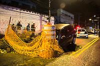 SAO PAULO, SP - 01.06.2016 - ACIDENTE-SP - Motorista de autom&oacute;vel perde controle e cai dentro de buraco de obra da Sabesp no bairro de Cap&atilde;o Redondo na regi&atilde;o sul de S&atilde;o Paulo, nesta quarta-feira, 01. Ningu&eacute;m ficou ferido.<br /> (Foto: Fabricio Bomjardim / Brazil Photo Press)