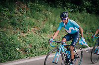 Nairo Quintana (COL/Movistar) trying to get rid of his musette after the feedzone<br /> <br /> Stage 4: Gansingen &gt; Gstaad (189km)<br /> 82nd Tour de Suisse 2018 (2.UWT)
