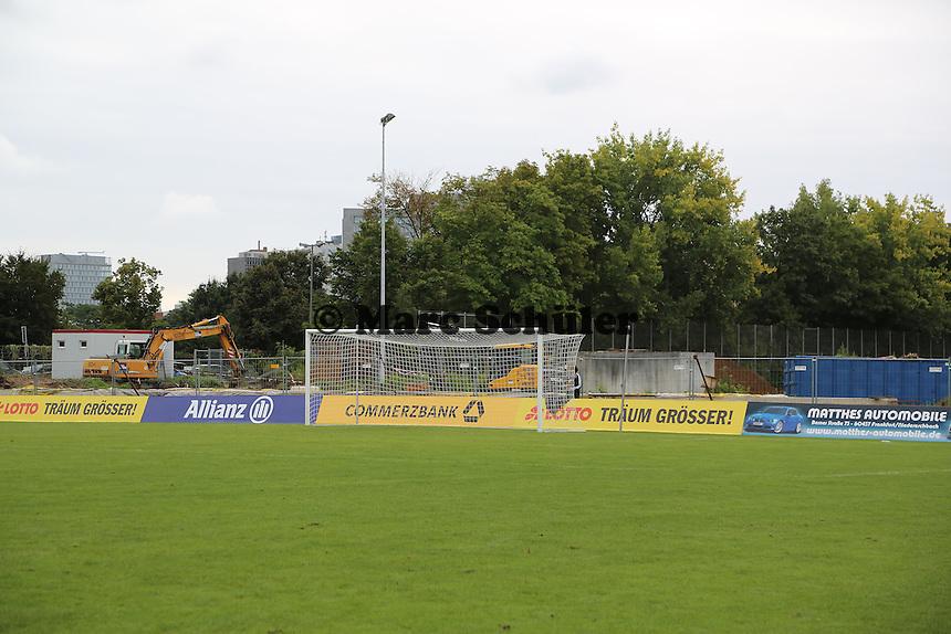 Bagger in der Baustelle des Stadion am Brentanobad - 1. FFC Frankfurt vs. SG Essen-Schönebeck