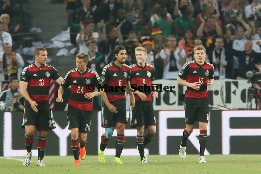 Andre Schürrle (D) staubt ab zum 2:1 und jubelt - Deutschland vs. Kamerun, Mönchengladbach