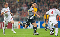 30.09.2009, Alianz Arena München, GER, UEFA CL, FC Bayern München vs Juventus Turin, im Bild v.l. Bastian Schweinsteiger, ( FC Bayern #31, GER ), Diego ( Juventus #28, ITA ) vs Edson Braafheid, ( FC Bayern #4, GER ), EXPA Pictures © 2009, Photographer EXPA/ J. Groder