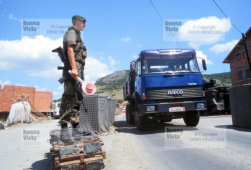 - Kosovo,German soldier at a checkpoint near the Orahovac town....- Kossovo, soldato tedesco ad un checkpoint presso la città di Orahovac