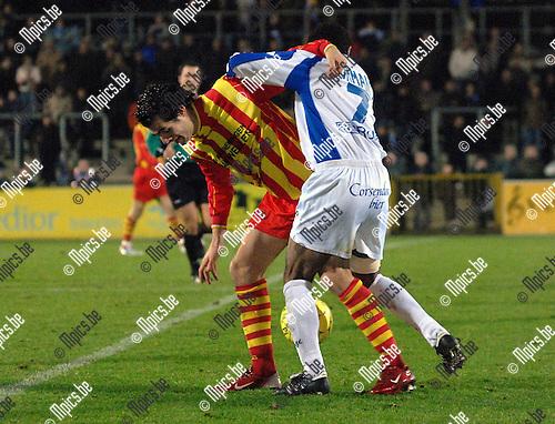 KFC Verbroedering Geel - FC Capellen: Sadio Ba van Geel (rechts) en Thomas Stevens van Capellen worstelen om de bal