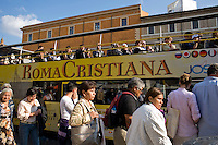 Roma, Aprile 2011. Turisti a San Pietro