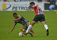 BARRANQUIILLA - COLOMBIA, 13-05-2018: Teofilo Gutierrez (Der) del Atlético Junior disputa el balón con Andres Ricaute (Izq.) jugador de Deportivo Independiente Medellín durante partido de ida por los cuartos de final de la Liga Águila I 2018 jugado en el estadio Metropolitano Roberto Meléndez de la ciudad de Barranquilla. / Teofilo Gutierrez (R) player of Atletico Junior struggles the ball with Andres Ricaute (L) player of Deportivo Independiente Medellin during first leg match for the quarterfinals of the Aguila League I 2018 played at Metropolitano Roberto Melendez stadium in Barranquilla city.  Photo: VizzorImage/ Alfonso Cervantes / Cont