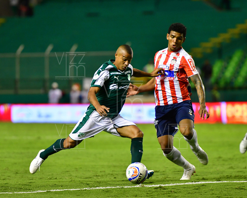 PALMIRA - COLOMBIA, 02-09-2018: Macnelly Torrres (Izq) del Deportivo Cali disputa el balón con Rafael Perez (Der) de Atlético Junior durante partido por la fecha 7 de la Liga Aguila II 2017 jugado en el estadio Palmaseca de Cali. / Macnelly Torres (L) player of Deportivo Cali fights for the ball with Rafael Perez (R) player of Atletico Junior during match for the date 7 of the Aguila League II 2017 played at Palmaseca stadium in Cali.  Photo: VizzorImage/ Nelson Rios / Cont