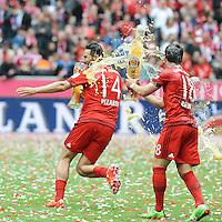 Claudio Pizarro (FC Bayern Muenchen) durch Juan Bernat (FC Bayern Muenchen) <br /> Monaco 23.05.2015, Allianz Arena<br /> Bundesliga Bayern Monaco Campione di Germania 2014/2015 <br /> Foto EXPA/ Eibner-Pressefoto/ Insidefoto