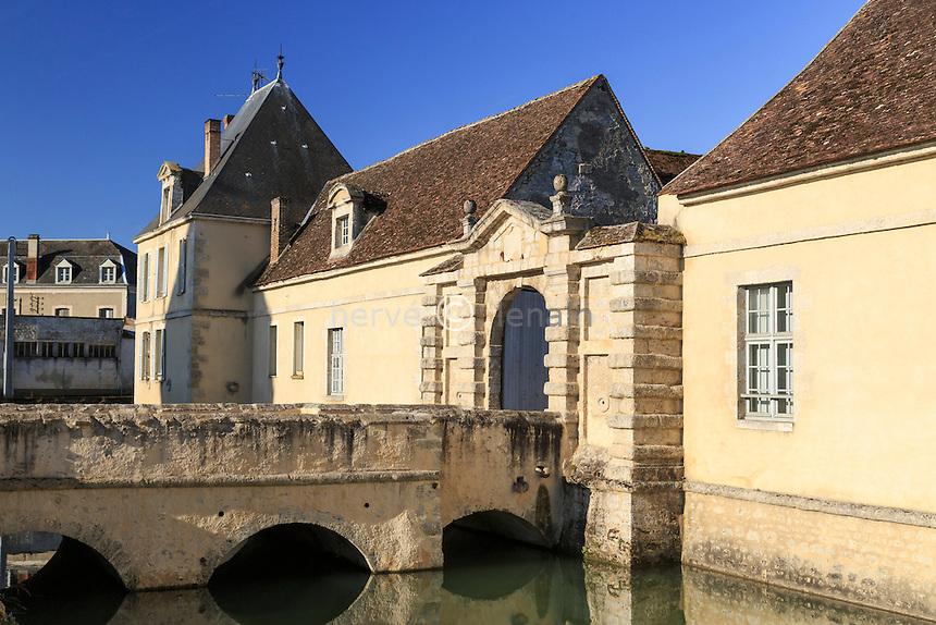 France, Seine-et-Marne (77), Beaumont-du-Gâtinais, porte de l'ancien château // France, Seine et Marne, Beaumont du Gatinais, castel door